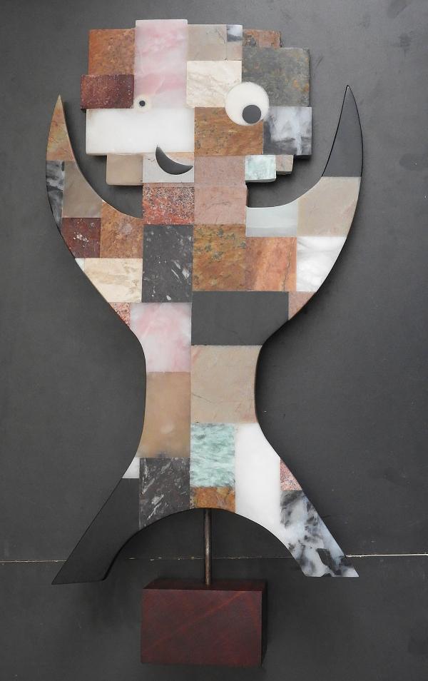 Kunstwerk gemaakt door Antje getiteld Binkie op hardhouten sokkel