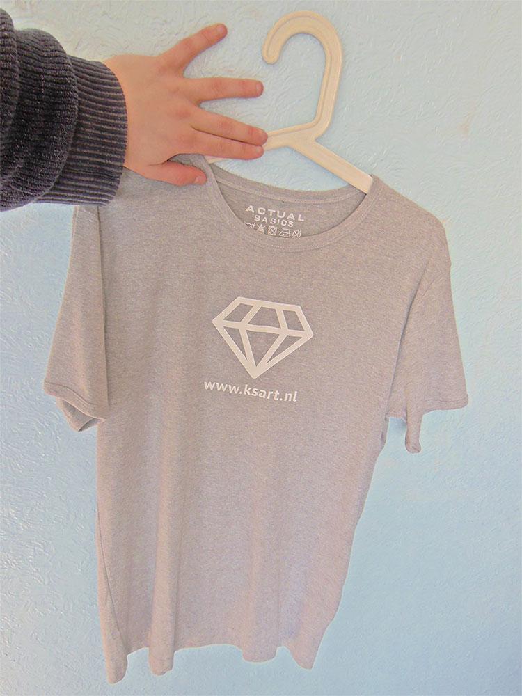 Kunstwerk gemaakt door ksart getiteld KSART T-shirt grijs